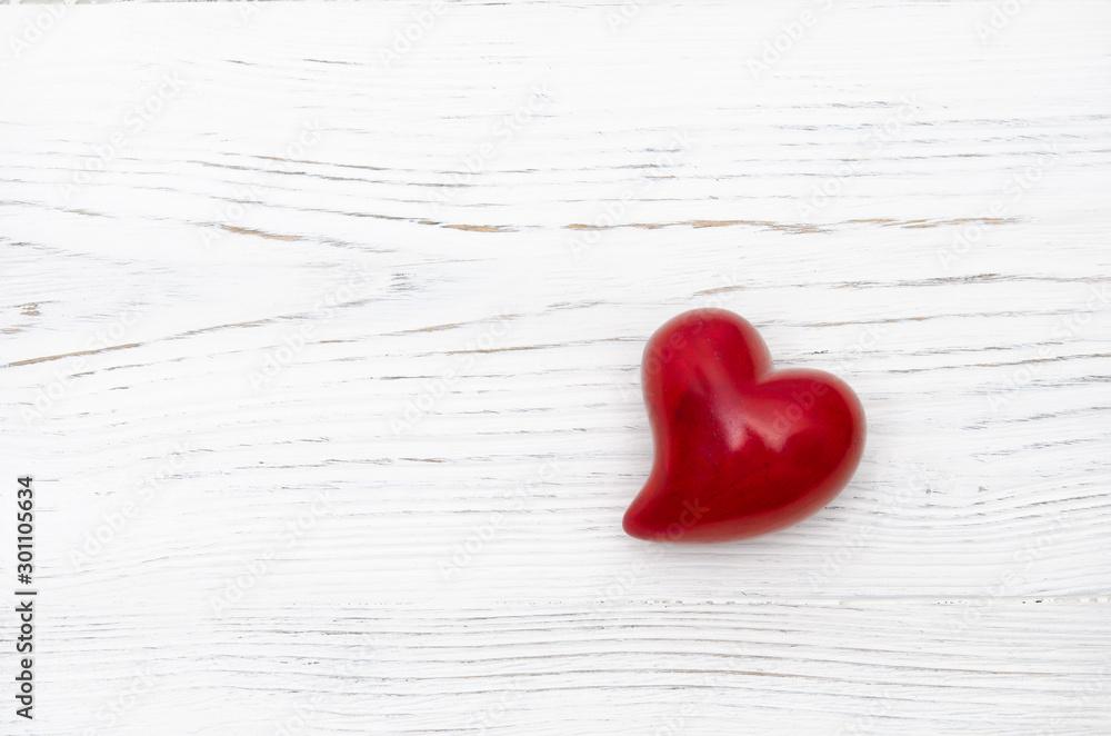Fototapeta Rotes Herz auf weißem Holzhintergrund