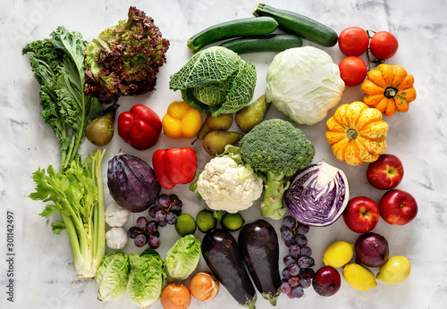 Fotomural  Healthy food concept. Vegetables and fruits on light background