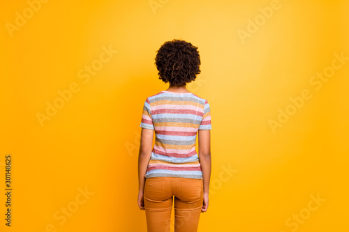 Fotografía  Back behind rear view photo of girlfriend having turned away to vivid yellow col