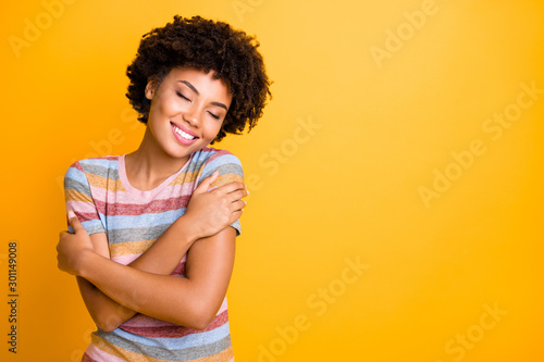 Photo Photo of cheerful cute nice attractive youngster in her embrace enjoying comfort