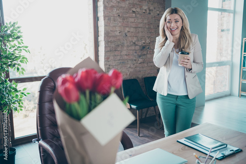Photo Photo of beautiful blond business lady came workplace holding takeaway coffee am