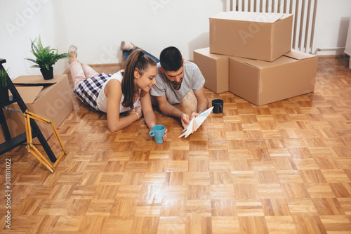 Obraz happy young family moving in their new home. choosing the color for interior walls - fototapety do salonu