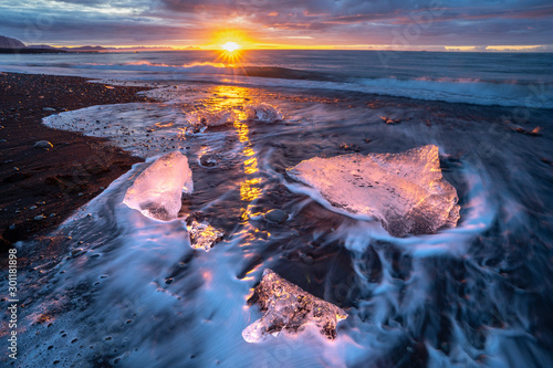 Photo little Icebergs at sunrise in Jokulsarlon glacial lagoon