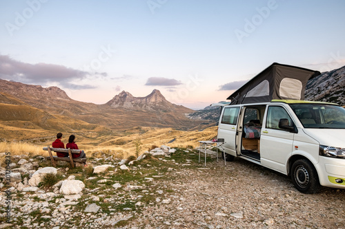 Photo Freedom of a camper van exploring the mountains eating, cooking and cleaning loo