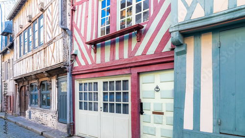 Fotomural  Honfleur, Normandy, typical street with half-timbered houses