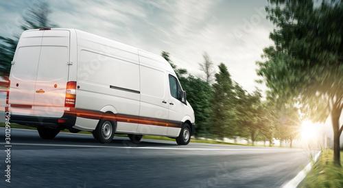 Fotomural  Lieferwagen - van auf einer Landstraße