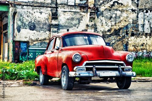 stary-czerwony-samochod-na-ulicy