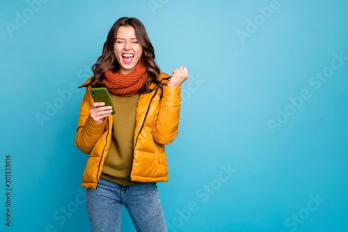 Photo of crazy millennial lady holding telephone astonished big number of new su Tapéta, Fotótapéta