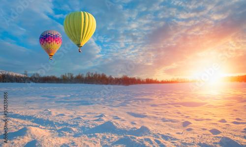 balon-na-ogrzane-powietrze-na-niebie-w-zimie