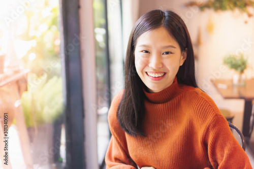 Obraz na plátne  Asian beautiful woman smiling working with laptop  in cafe or restaurant