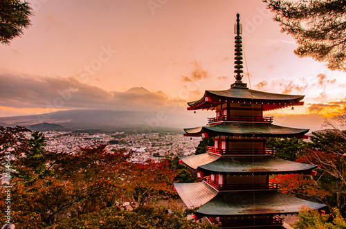 Autocollant pour porte Lieu de culte Chureito pagoda with mount Fuji views in Fujiyoshida