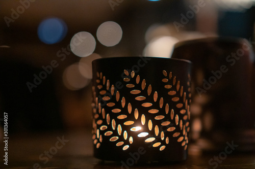 Платно Very nice patterned in leaves container for candle inside warm and cozy pub duri