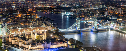 obraz lub plakat Luftaufnahme der berühmten Tower Brücke und des Towers von London am Abend mit urbanen Lichtern, Großbritannien