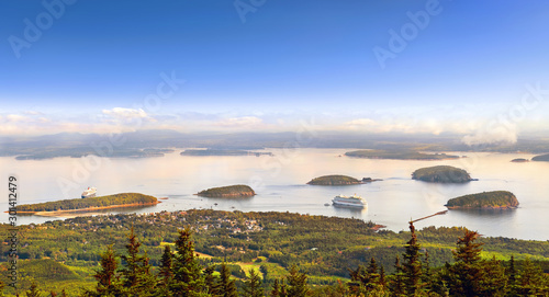 Photo Panoramic view of Bar Harbor in the morning with cruise ships and cluster of sma