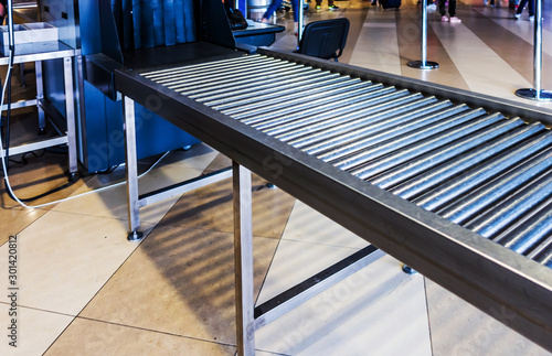 Fotografía  airport police scanner x-ray conveyor belt with passenger luggage bag