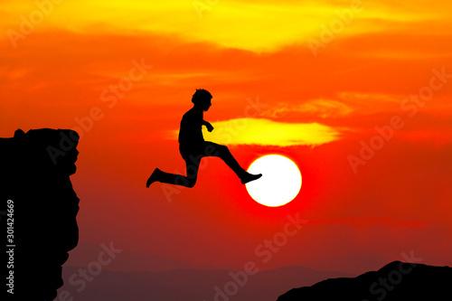 hombre feliz saltando en la montaña Canvas Print