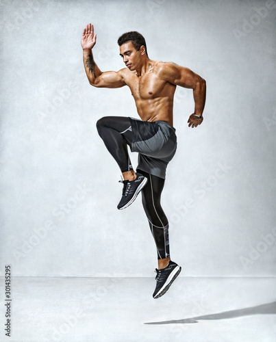 Photo Sporty man jumping