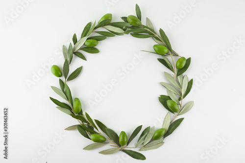 Foto op Aluminium Olijfboom Green olive wreath on white background. Top view