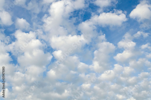 Photo cloudscape with altocumulus clouds at sunny day