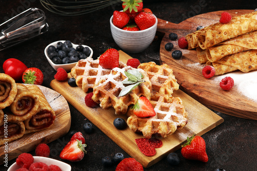 Fotografía Traditional belgian waffles with fresh blueberries, sugar and raspberries on rus