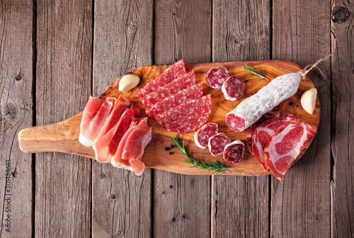 Photo Meat appetizer platter with sausage, prosciutto, ham and salami