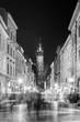 Bazylika Mariacka w Krakowie nocą z turystami na ulicy