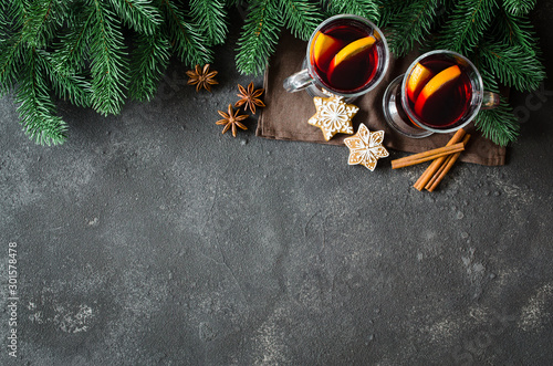 Photo  Christmas mulled red wine with spices on dark concrete background