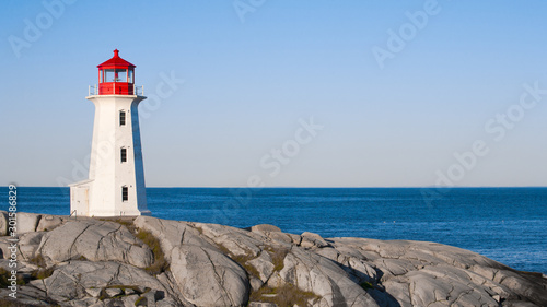 Foto Peggys Cove lighthouse on a sunny day with blue sky.