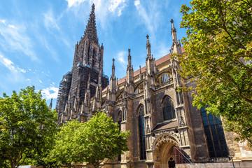Ulm Minster lub katedra miasta Ulm, Niemcy. To słynny symbol Ulm. Panorama ozdobnej fasady gotyckiego kościoła w lecie. Sceneria średniowieczna europejska architektura na słonecznym dniu.