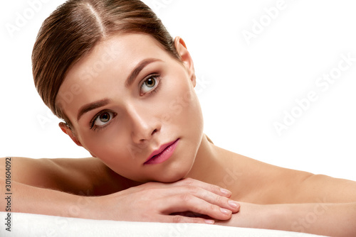 Photo Portrait of young minded spa model with smooth soft facial skin