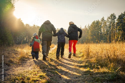 happy family running on country road Tablou Canvas