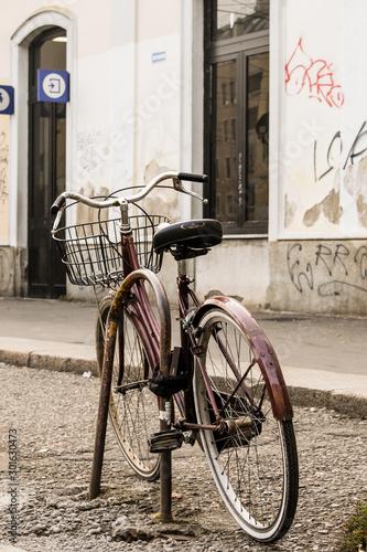 Fotografia, Obraz Vecchia bicicletta incatenata ad un tubo di ferro