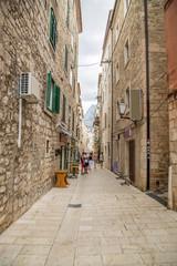 wąska urokliwa uliczka na starym mieście
