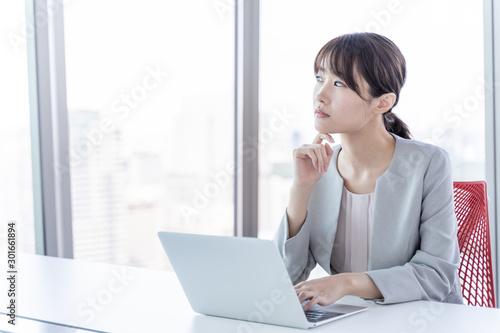 Obraz na plátně パソコンを使うビジネスウーマン