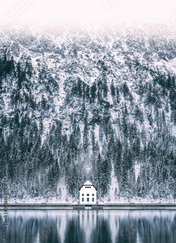 Foto auf Leinwand Weiß Hut on Plansee Lake in austria