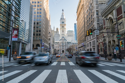 Fotografía  Philadelphia city hall with old building and trafic, Philadelphia, Pennsylvania,
