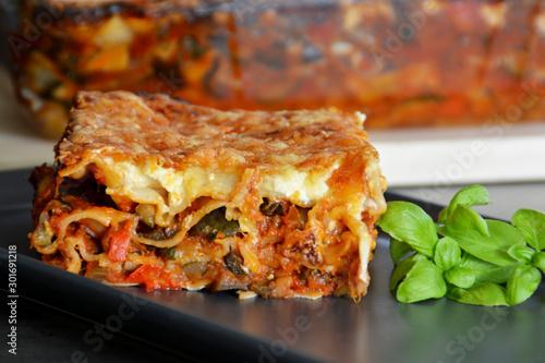 Photo Frische hausgemachte vegetarische Lasagne gefüllt mit Zucchinis, Auberginen und