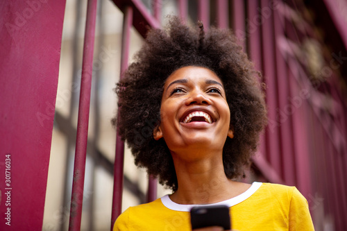 Close up of beautiful young african american woman smiling outside Fototapet