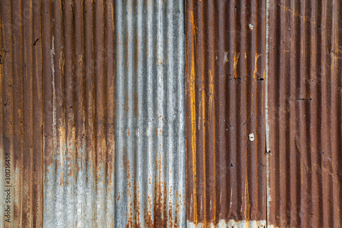 Foto  Rusted galvanized iron plate, red stain on old metal sheet wall texture