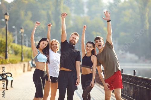 A group of athletes training in the park. Fototapete
