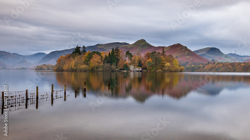 Fotografie, Tablou  Autumn morning on the shores of Derwent Water, with Derwent Isle and boathouse i