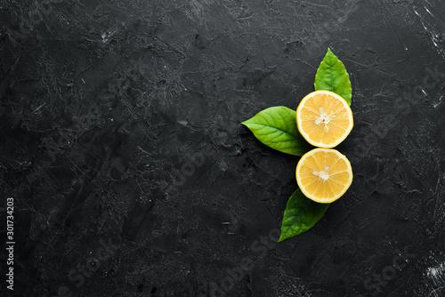 Cuadros en Lienzo  Fresh yellow lemons with leaves