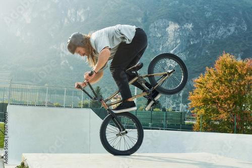 Photo Bmx rider is making extreme stunts.