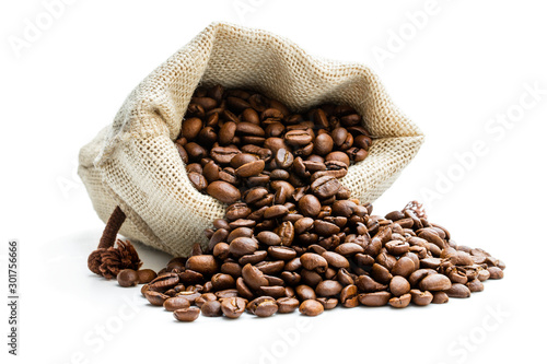 Photo Roasted coffee beans scattered of the burlap bag isolated on white