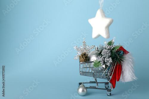 Photo Carrello della spesa pieno di accessori di Natale