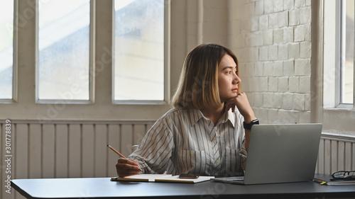Fotografía  Female thinking  ideas with looking on windows.