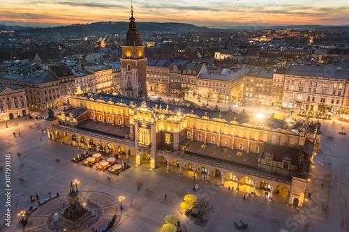 Rynek Główny w Krakowie podczas zachodu słońca, Sukiennice i Ratusz w tle,   Polska