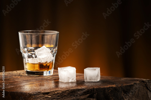 Photo A glass of alcoholic beverage on a wooden table