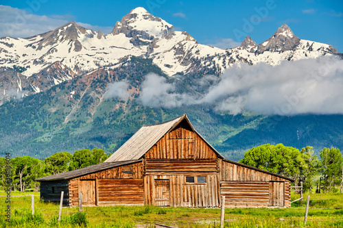 Fotomural Old mormon barn in Grand Teton Mountains with low clouds