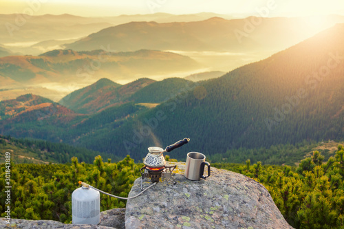 Spoed Foto op Canvas Kamperen Hot morning coffee high in the mountains.